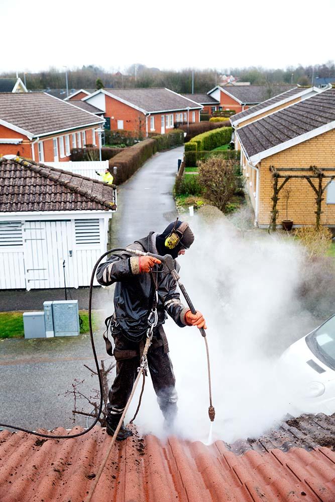 Förebygg skador med taktvätt.