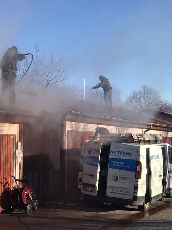 Takrengöring och taktvätt av garagelängor.