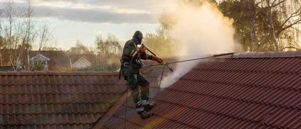 Högtryckstvättning av tak i Skåne.